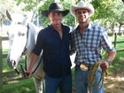 Com roupas de cowboy, ex-BBBs Fael e Jonas posam juntos