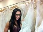 Gracyanne escolhe vestido de noiva e posta foto no Twitter
