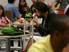Camila Pitanga devora sanduíche em aeroporto