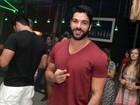 Sozinho, ex-BBB Kadu Parga curte a noite carioca