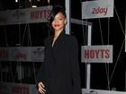 Toda de preto, Rihanna lança filme na Austrália