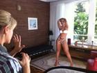 Dançarina do Latino faz poses sensuais de biquíni