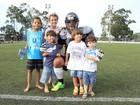Alexandre Frota é tietado por fãs mirins em jogo de futebol americano
