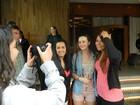Sem maquiagem, Leighton Meester atende fãs ao deixar hotel em SP