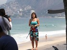 Priscila Fantin grava programa piloto na praia do Arpoador