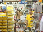 Cludia Abreu passeia com filho em shopping no Rio