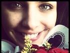 Paloma Bernardi recebe flores e posta foto no Twitter