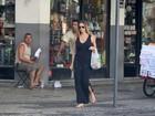 Luana Piovani sai com 'quentinha' de restaurante e exibe boa forma