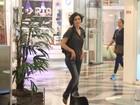 Letícia Sabatella e Sérgio Marone vão a shopping carioca