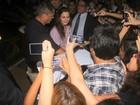 Leighton Meester é recebida por fãs ao chegar em hotel no Rio