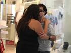 Selinho? Sérgio Mallandro ganha beijo de fã em aeroporto do Rio