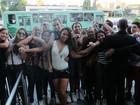 Ex-BBB Kelly causa tumulto ao chegar a Belo Horizonte