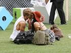 Com look esquisito, Vanessa Hudgens beija namorado em show