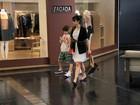 Maria Ribeiro vai com o filho João a shopping do Rio