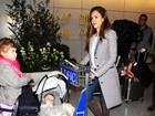 Jessica Alba leva malas e as filhas em carrinho de aeroporto