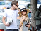 Com barriguinha suspeita, Drew Barrymore passeia com o noivo