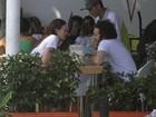 Leighton Meester, de 'Gossip Girl', vai a lanchonete com o namorado no Rio