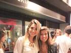 Flávia Alessandra vai com o filha Giulia ao teatro