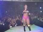 De short pink e bota fosforescente, Melancia faz show em boate gay