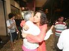 Camila Pitanga recebe o carinho de Caetano Veloso em pré-estreia de filme