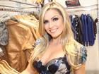 Depois de posar nua, ex-BBB Renata vai às compras em São Paulo