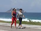 Juliana Knust faz exercícios na orla da Barra, no Rio