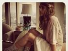Jessica Alba posa de saia e meias com bolinhas no Japão