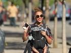 Beyoncé passeia com a filha em 'canguru' e acena para paparazzi