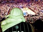 Longe da mulher, Bruno Gagliasso curte jogo de basquete nos EUA