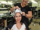 Ex-BBB Jakeline corta e pinta o cabelo em salão no Rio