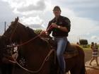 Ex-BBB João Maurício participa de cavalgada