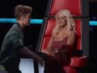 Christina Aguilera faz cara feia para Justin Bieber após cumprimentá-lo