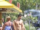 Cauã Reymond encanta as fãs ao aparecer de sunga na praia