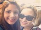Demi Lovato posa com fãs ao desembarcar no Brasil