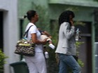 Taís Araújo passeia com o filho e a babá no Rio
