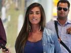 Nada de microvestido: Nicole Bahls usa jeans para viajar