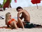 Fiorella Mattheis e Flávio Canto curtem praia