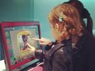 Jessica Alba brinca com a filha em loja de eletrônicos no Japão
