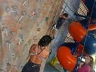 Mulher de Alexandre Frota escala parede de 14m em aula de alpinismo