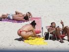 De biquíni pequenininho, Mulher Moranguinho curte praia com Naldo
