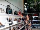 Após gravar no sertão do nordeste, Juliana Paes toma banho de loja