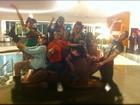 Vídeo: Demi Lovato faz dancinha com equipe em frente a hotel, no Rio