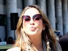 Claudia Leitte manda beijo para fotógrafo ao desembarcar no Rio