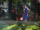 Pela primeira vez, Luana Piovani é fotografada com o filho em passeio