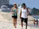 Cynthia Howlett e Eduardo Moscovis se exercitam em praia carioca