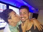 Sortudo! David Brazil dá beijinho em Cauã Reymond em gravação