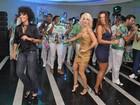 De calça jeans, Sheron Menezzes arrisca samba e afirma posto na folia