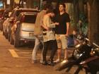 Sem Alinne Moraes, Felipe Simão janta com a irmã no Rio