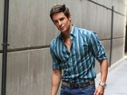 Ricardo Tozzi reclama de calça de personagem a jornal: 'É muito justa'