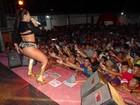 Mulher Melancia faz dança ousada durante show na Bahia